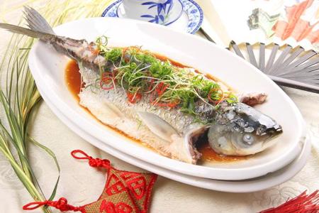 清蒸鱼的做法:水开后入锅蒸6-7分钟